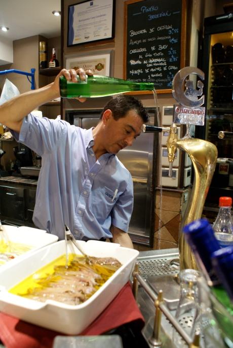 Pouring the perfect txakoli